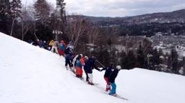 30 Skifahrer springen zusammen einen Backflip