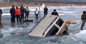 Auto aus gefrorenen See