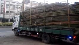bambus entladen, lkw