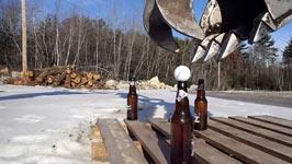 Bierflaschen, Golfbälle, Bagger