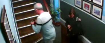 betrunkenes Paar fällt Treppe hinunter