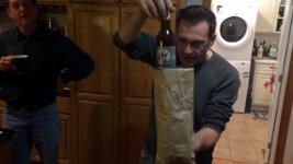 Bierflasche verschwinden lassen Zaubertrick