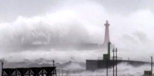 Riesige Wellen verhüllen Leuchtturm