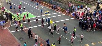 Straßenüberquerung beim Marathon