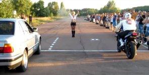 Stehender Start Auto gegen Motorrad