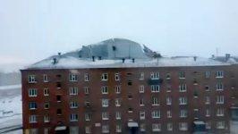 Dach fliegt vom Haus