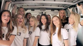 Deutsche Mädels singen Hup Holland Hup