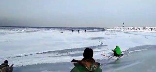 Gefährliches Eisangeln in Russland