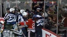 Eishockey-Fan klaut Spieler den Helm