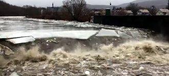 Eis bricht am Fluß