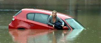 Frau Auto Hochwasser