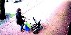 Frau Kinderwagen Sturm Baum