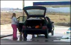 autowaschanlage, autowäsche, auto säubern, frauen