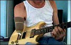 Gitarre spielen mit einem Arm