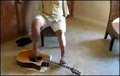 Gitarre mit Füssen spielen