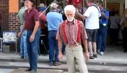 opa beim tanzen, shuffelin