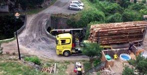 Großer Holzlaster gegen kleine Brücke