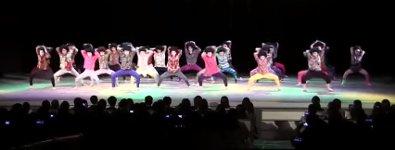 Japanische Highschool Girls tanzen zu Abba