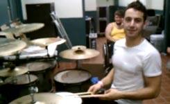 Jonglieren und Schlagzeug spielen