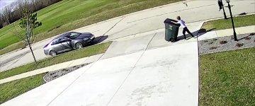 Kind gegen Mülltonne