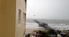 Kite-Surfer fliegt über die Pier