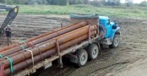 Rohr per LKW auf ein Schiff verladen