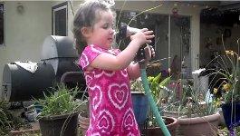 Mädchen Wasserschlauch Fail