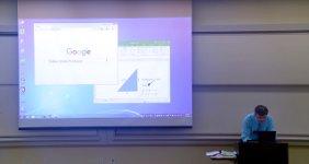Mathe-Professor repariert Projektor-Bildschirm