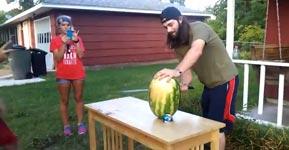 Schwert gegen Wassermelone
