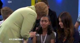 Merkel streichelt