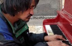 Obdachloser spielt Piano