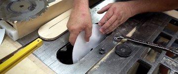 Mit Papier Holz schneiden