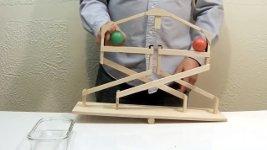 Perpetuum Mobile aus Holz mit 2 Bällen