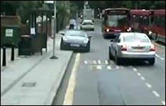 Porsche gegen Bus