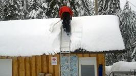Dach vom Schnee befreien