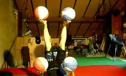 Bälle jonglieren mit Händen und Füßen
