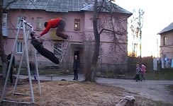 Spielplatz, Russland, Doppelsalto