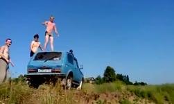 russland, sprung vom auto in den See