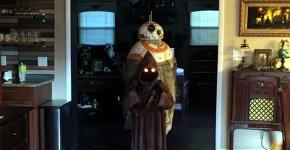 Jawa trägt BB-8 Kostüm