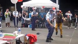 Tanzende Polizistin