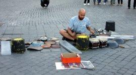 Techno Straßendrummer mit Tanzeinlage