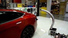 Tesla aufladen Roboter Schlange