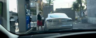 Blondine Tesla Benzin Tankstelle