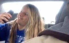 Tochter Selfies im Auto