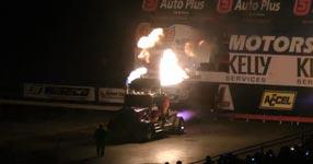 Truck-Monster gibt Feuer