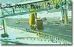 Truck zerstört Brücke