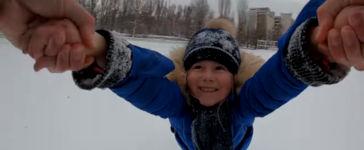 Vater des Tages fliegen Kind Schnee