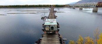 Eisenbahnbrücke Auto
