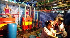 Wassertonne Frau Karneval Thailand