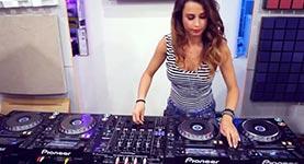 Weiblicher DJ am Mischpult
